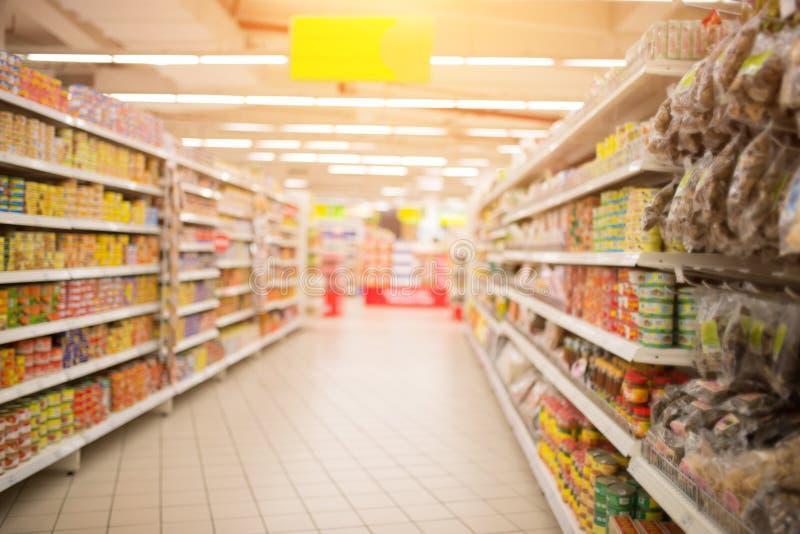 超级市场走道和架子在模糊 免版税库存图片