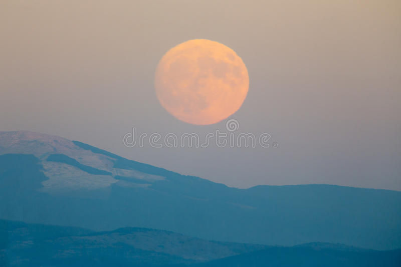 超级月亮山 免版税库存图片