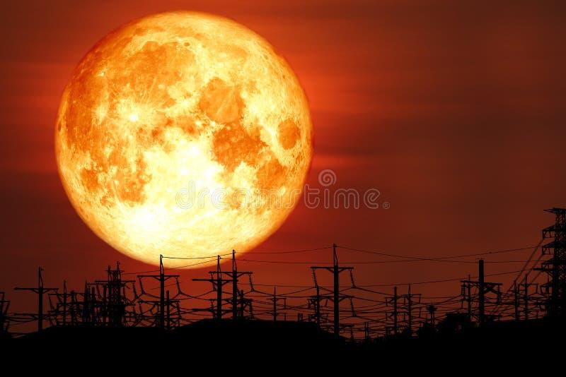 超级牛奶血液月亮在夜空的剪影电杆 免版税库存照片