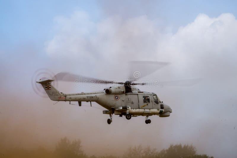 超级皇家泰国海军天猫座300多用途直升机登陆 库存图片