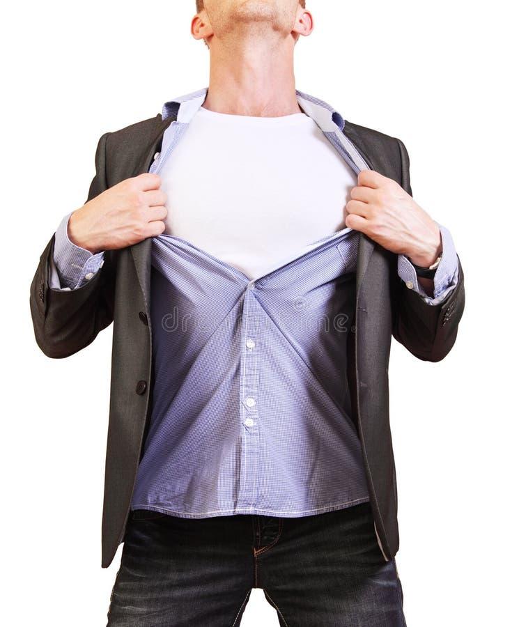 超级英雄。撕毁他的衬衣的年轻人被隔绝  免版税图库摄影