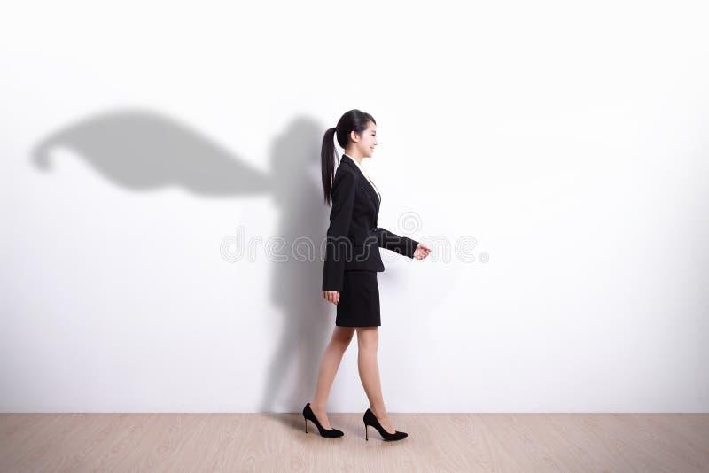 超级英雄女商人走 免版税库存图片