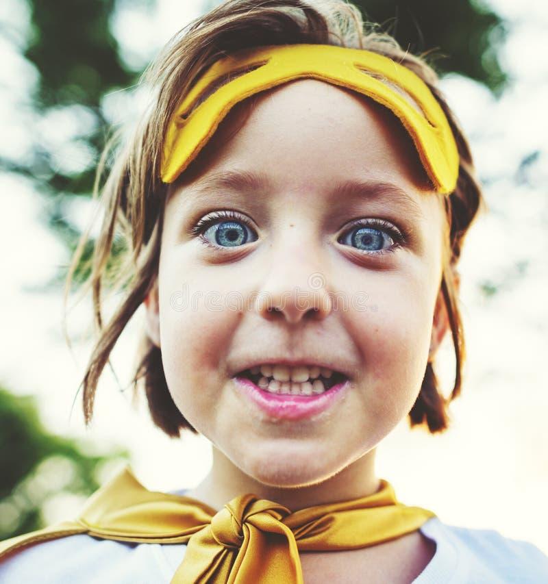 超级英雄女孩逗人喜爱的幸福乐趣嬉戏的概念 库存图片