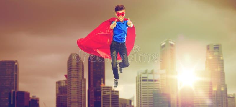 超级英雄海角的显示赞许的男孩和面具 免版税库存图片