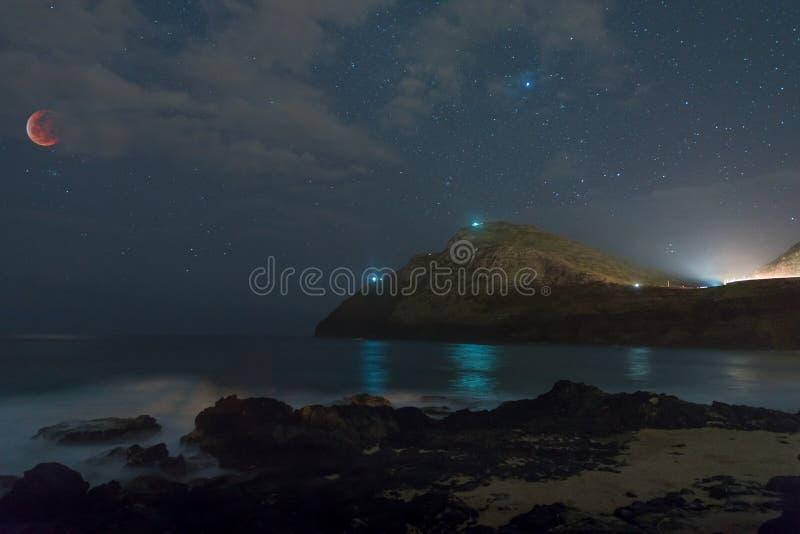 超级血液狼月亮被蚀在Makapu'u海滩公园在檀香山,夏威夷 库存照片