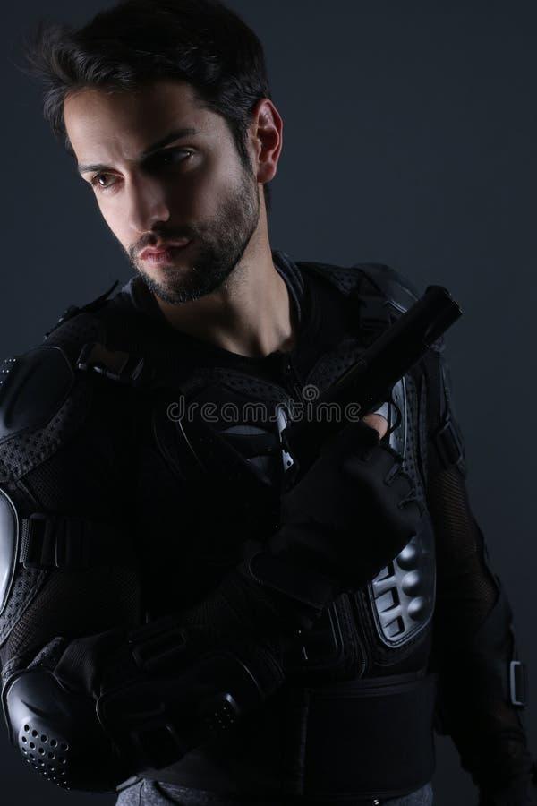 超级警察-拿着枪的英俊的警察 免版税库存图片