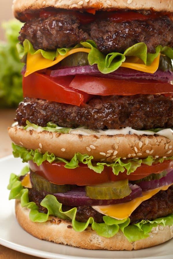 超级高三倍乳酪汉堡 免版税库存照片