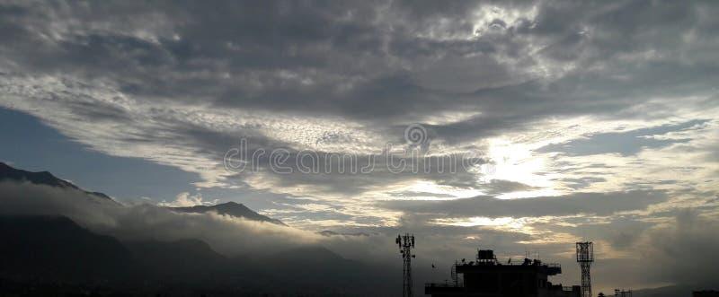 超美丽的云彩和山鸟瞰图 免版税图库摄影