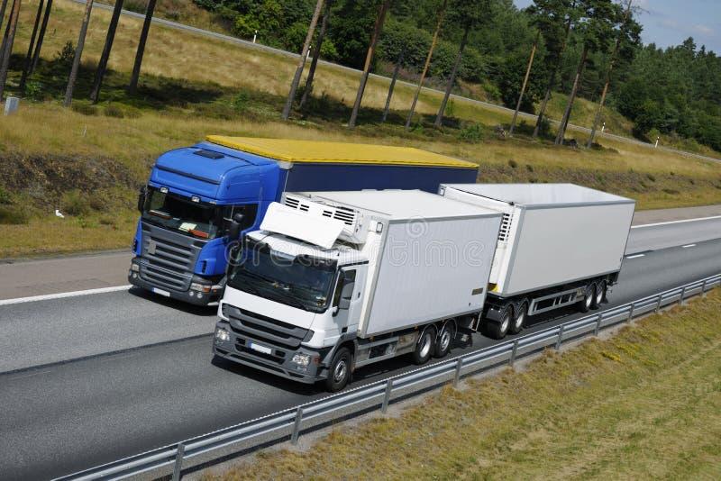 超越卡车的高速公路 免版税库存图片