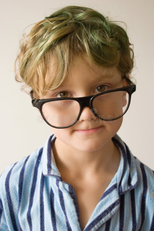 超过尺寸玻璃的男孩 免版税库存图片