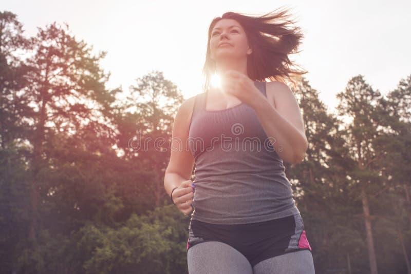 超重妇女赛跑 在重量白人妇女的美好的腹部概念损失 免版税图库摄影