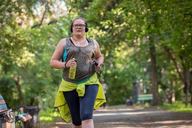 超重妇女赛跑 在重量白人妇女的美好的腹部概念损失 免版税库存照片
