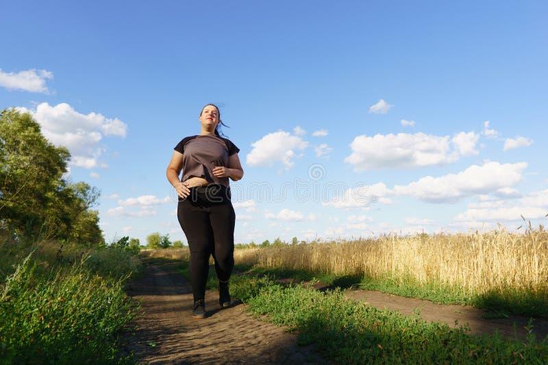 超重赛跑者去跑步户外 ?? 免版税图库摄影