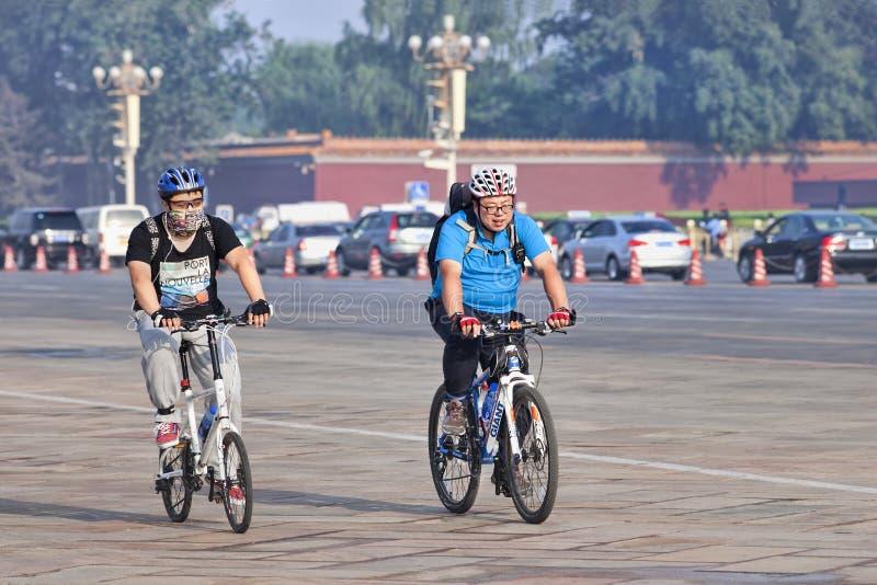 超重骑自行车者通勤在清早的,北京,瓷 免版税库存照片