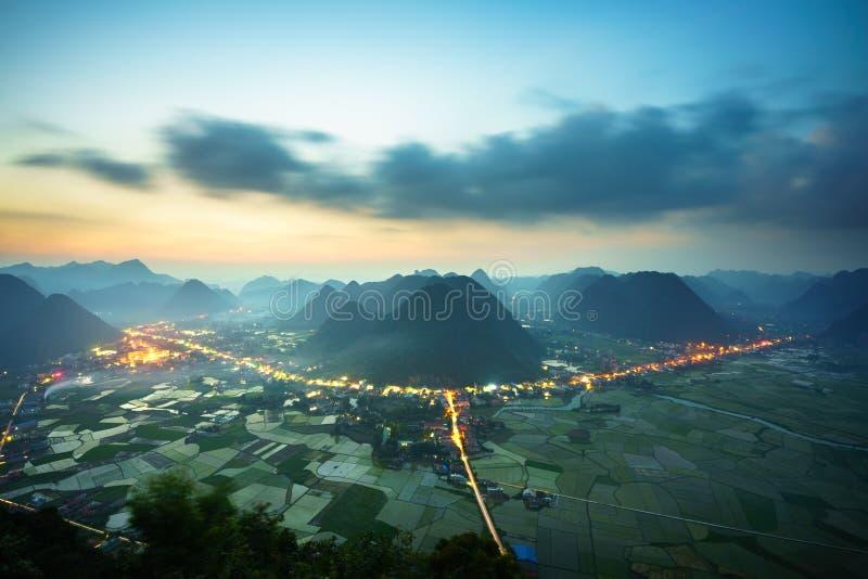 越南与米领域和山的日出风景在Bac儿子谷在越南 免版税库存照片