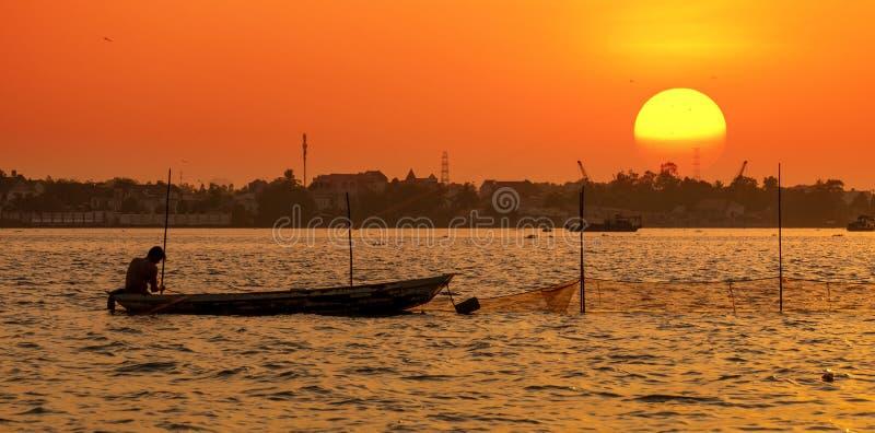 越南东奈河捕鱼 免版税库存图片