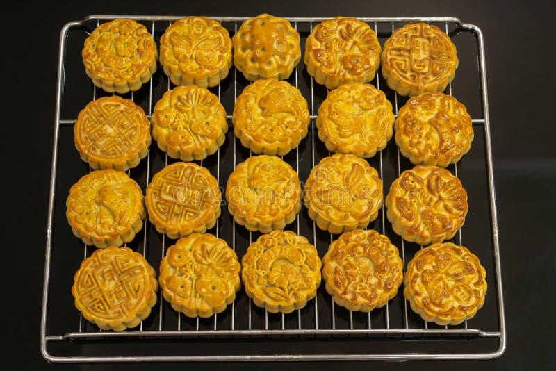 越南中间秋天节日蛋糕 月饼是在中秋节期间被吃的传统酥皮点心 节日介入 库存图片
