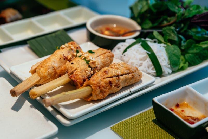 越南丸子在河内,越南包裹Nam Neung供食与菜、米线和调味汁在餐馆 库存照片
