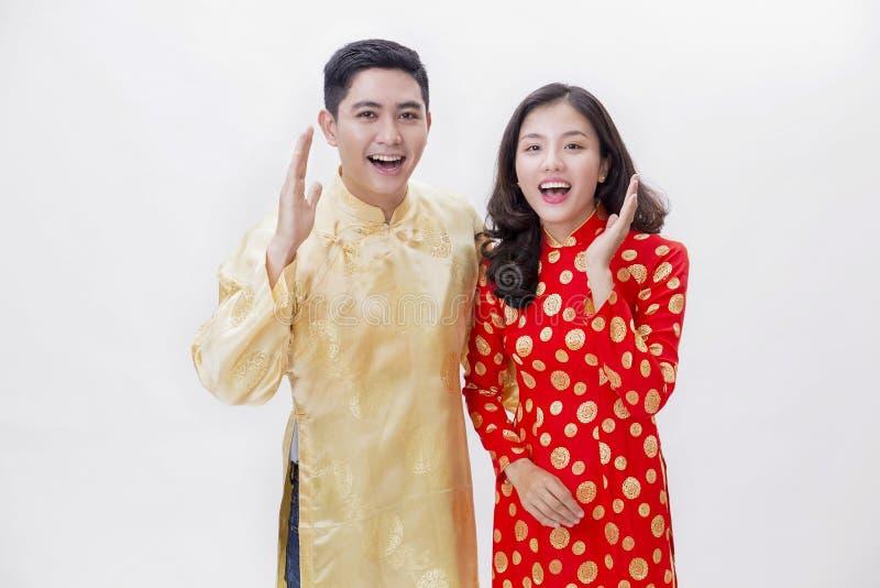 越南夫妇微笑的佩带的ao戴 库存图片