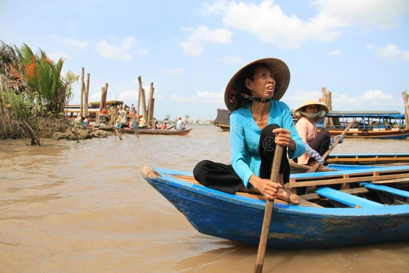 越南妇女用浆划 免版税图库摄影