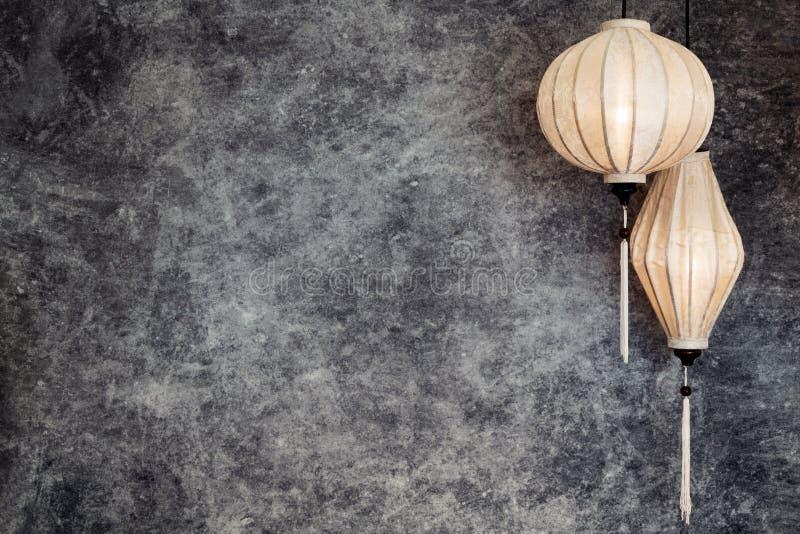 越南或中国白色灯笼,球和卵形在与拷贝空间的葡萄酒难看的东西具体背景在风景, 库存照片