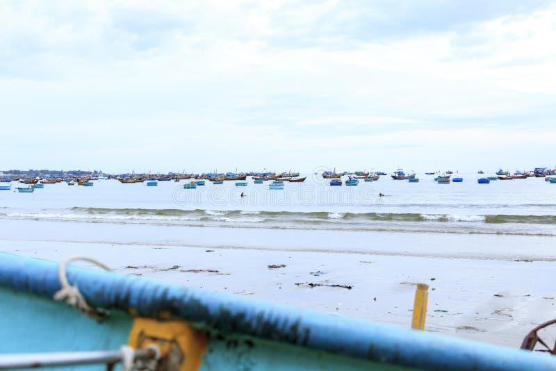 越南渔村,越南,东南亚 环境美化与海和传统五颜六色的渔船 免版税库存照片