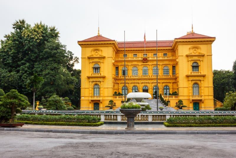 越南的总统府在河内,三层,在殖民地法国建筑修建的芥末黄色大厦 免版税库存照片