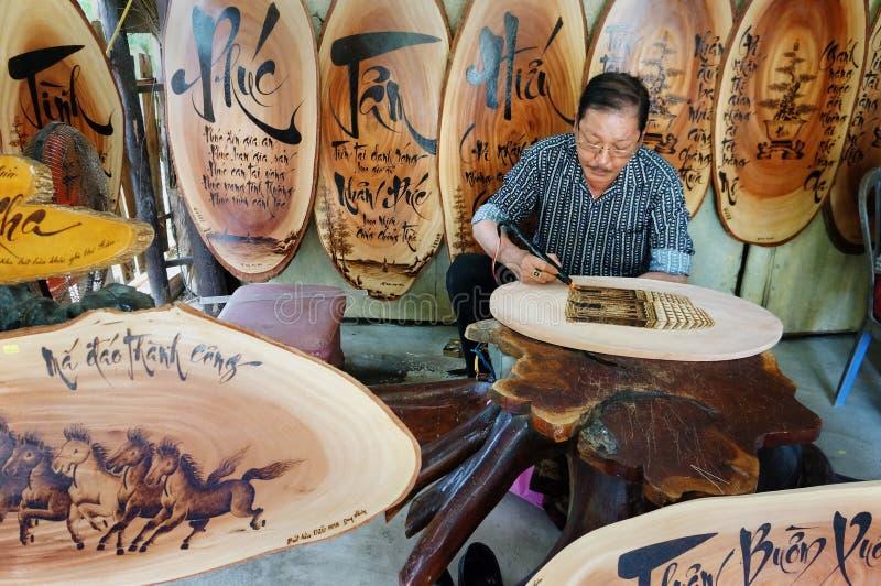Download 越南艺术家木刻, Genh敲响了 编辑类照片. 图片 包括有 板刻, 手写, 人员, viet, 室内, 信函 - 59107556
