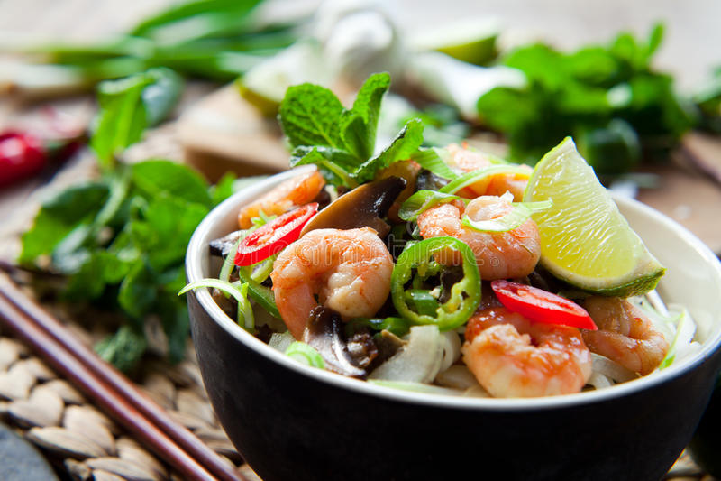 越南虾,大虾,辣椒椎茸米线 免版税库存照片