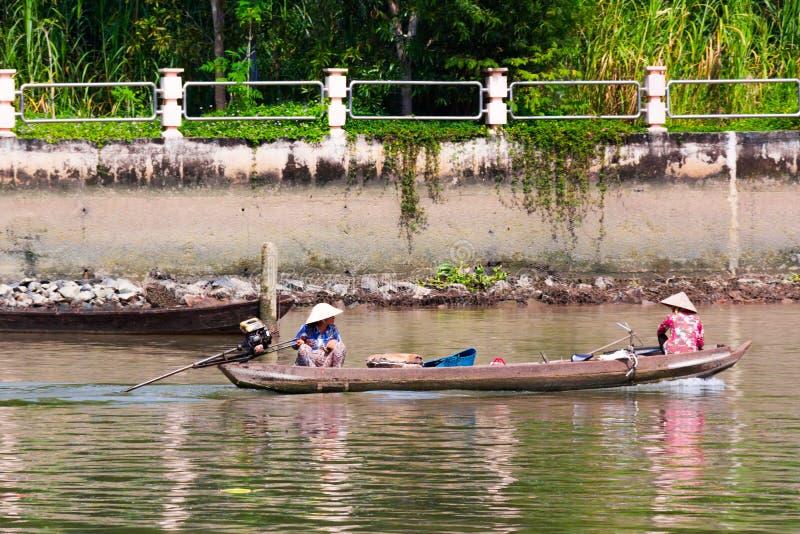 越南语动力化的独木舟 库存图片