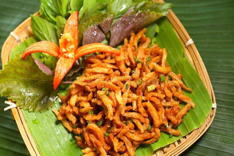 越南语油炸了在香蕉叶子盘子的小鱼  库存图片
