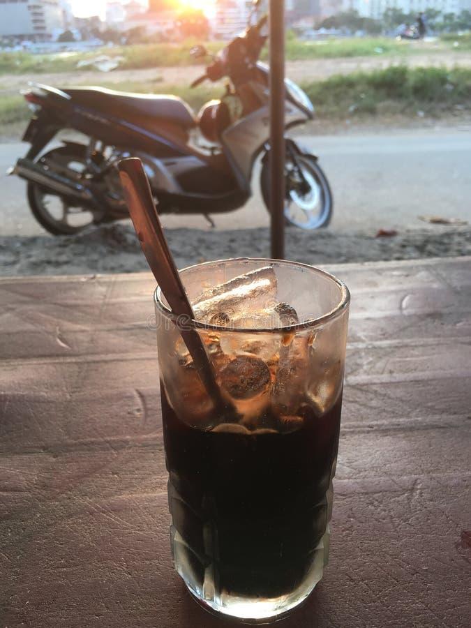 越南语被混和冰了在桌上的咖啡在葡萄酒颜色 免版税库存照片