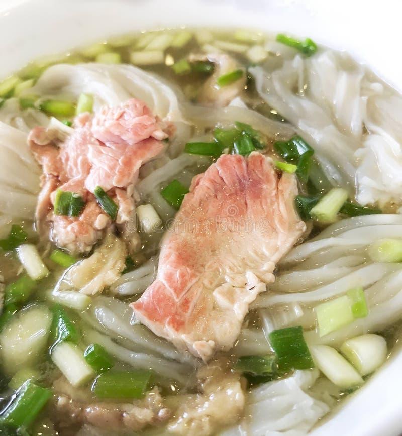越南食物, Pho bo,热的传统牛肉汤汤面条特写镜头  库存图片