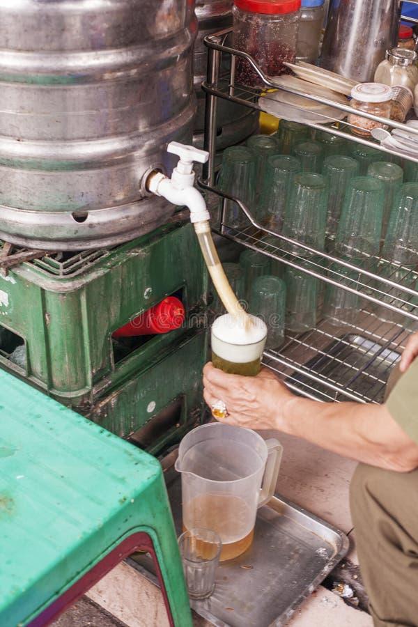越南,河内 地方越南啤酒Bia Hoi 库存图片