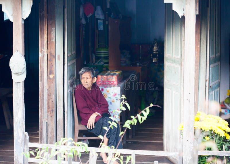 越南,湄公河三角洲1月28日:在2014年1月28日他们的房子前面的不明身份的越南人民在越南 免版税库存照片