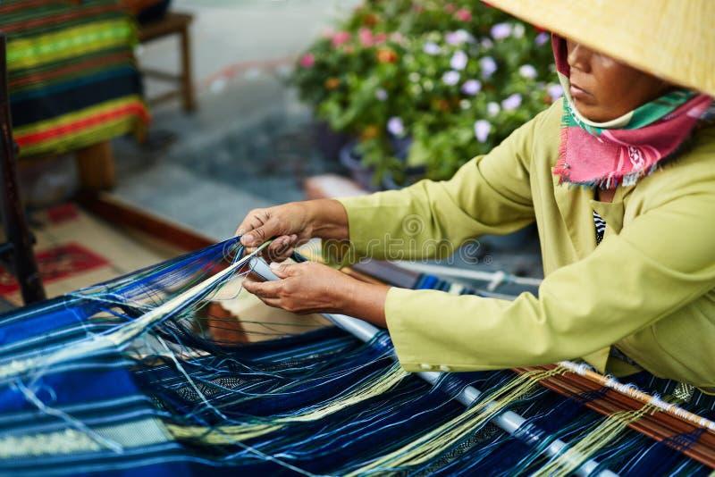 越南,胡志明-越南在街道上的妇女编织的毛线 免版税库存照片