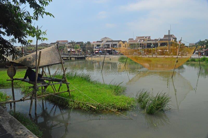 越南-会安市-在星期四好的妙语河的鱼陷井 库存图片
