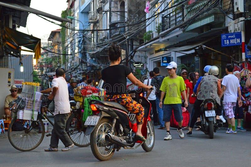 越南-河内-从老处所的典型的街道场面-晚上`高峰时间` 库存图片