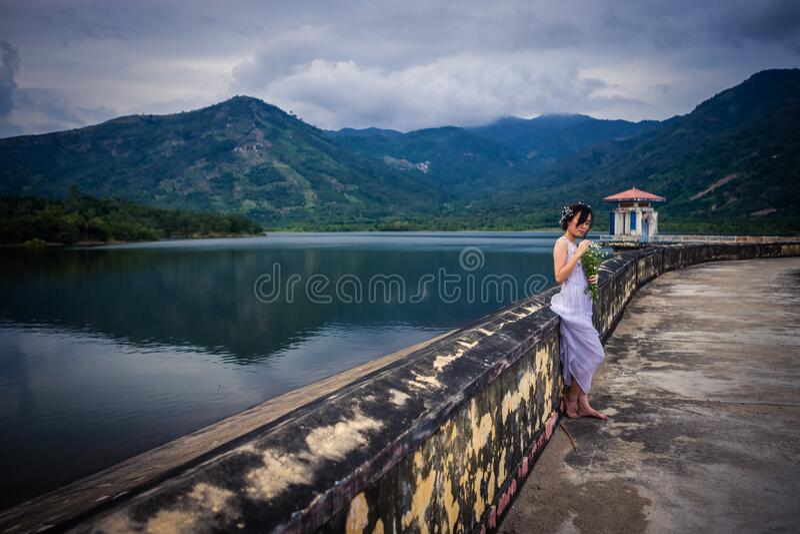 越南年轻美丽的浅黑肤色的男人 免版税图库摄影