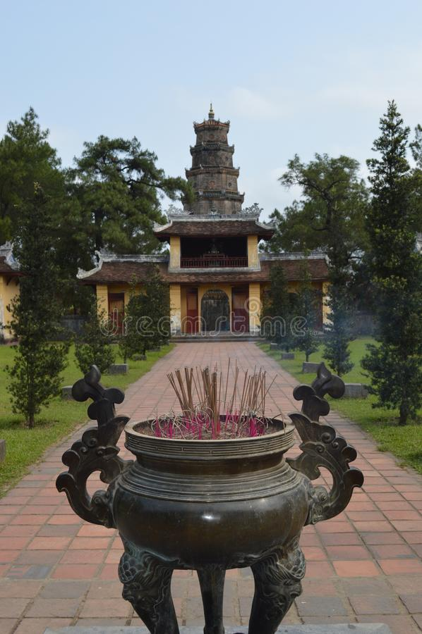 越南-颜色-提供神圣夫人- Thien Mu的塔的香火 库存照片