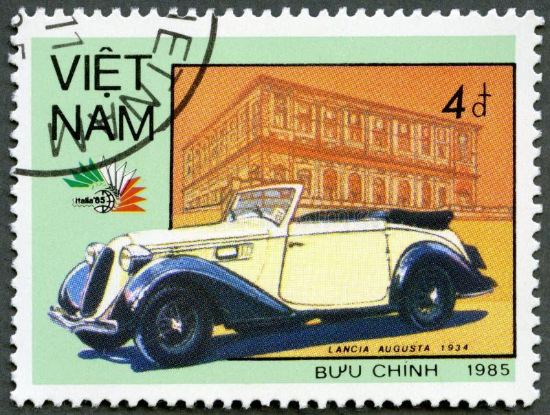 越南- 1985年:显示汽车蓝旗亚奥古斯塔,系列葡萄酒意大利人汽车 免版税库存照片