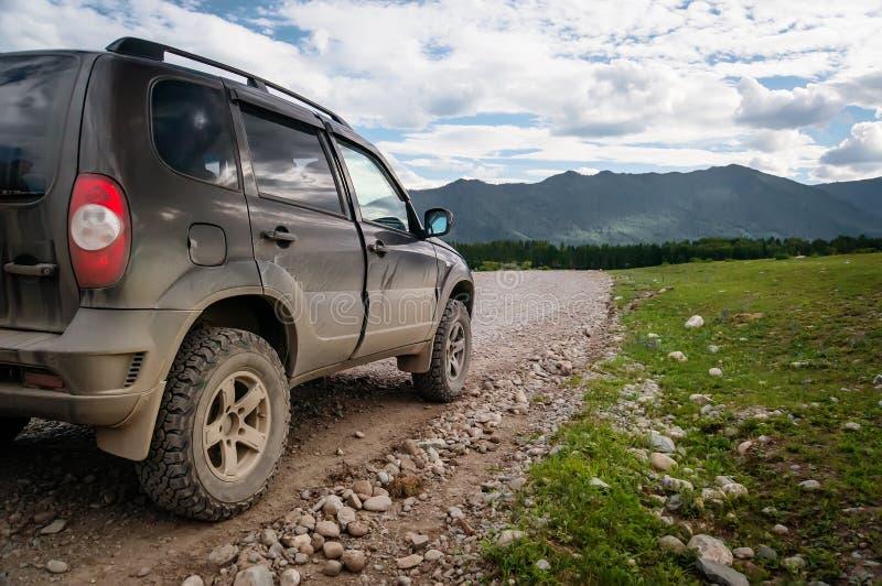 越野车在山途中去在期间 库存图片