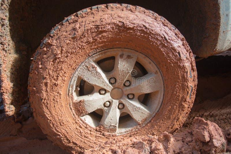越野轮胎,肮脏的越野汽车,用在计数的泥盖的SUV 库存图片