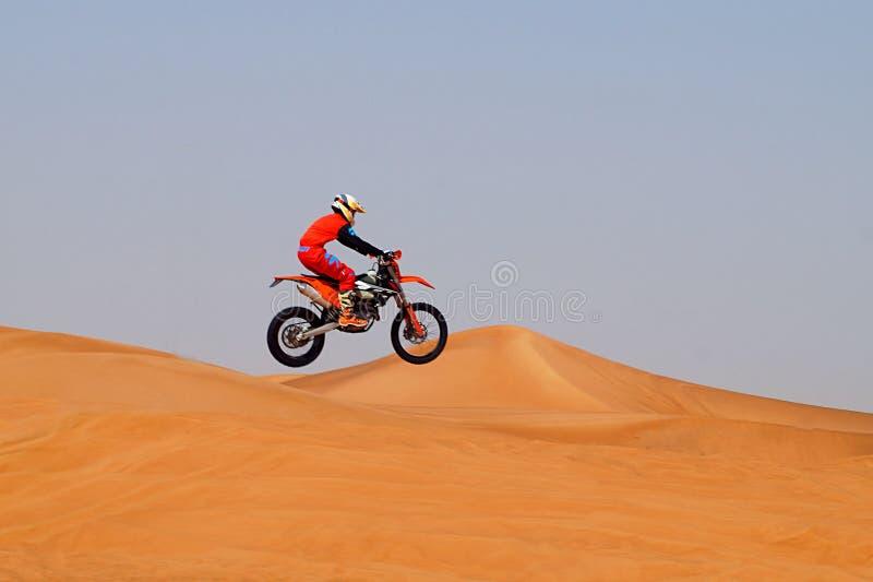 越野motobike在沙漠 免版税库存图片