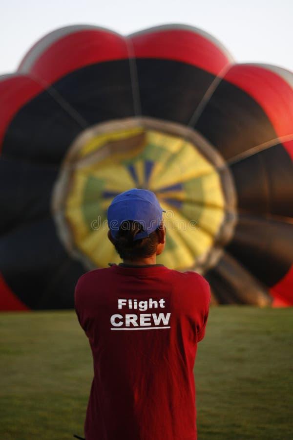 趋向一个热空气气球的人 免版税库存照片