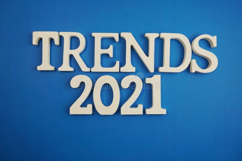 趋向在蓝色背景的2021封词字母表信件 库存照片