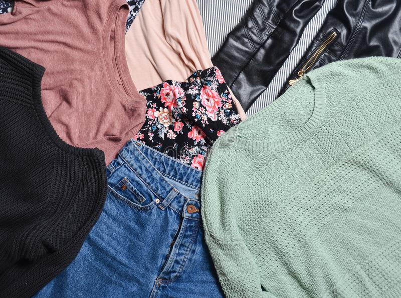 趋向衣裳和辅助部件 顶视图许多另外women& x27; s衣物布局 中间人 便装样式 图库摄影