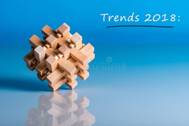 趋向2018年 在企业创新技术和其他区域的新的趋向 蓝色背景有脑子宏观看法  免版税库存图片