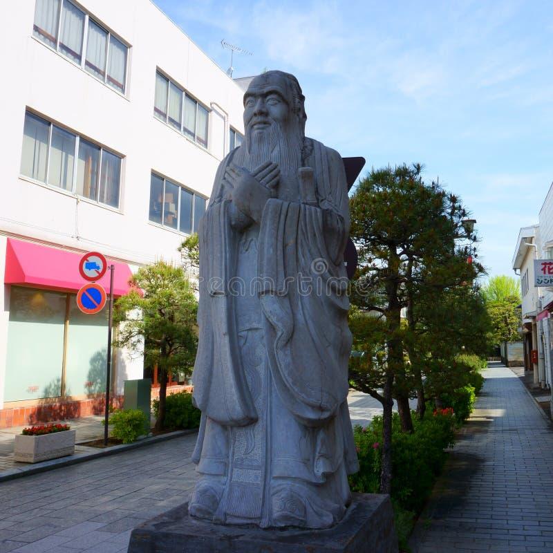 足利市、鸟木市/日本 — 2019年4月29日:在通往足利学子的路口,一尊孔子石像是日本的 免版税图库摄影