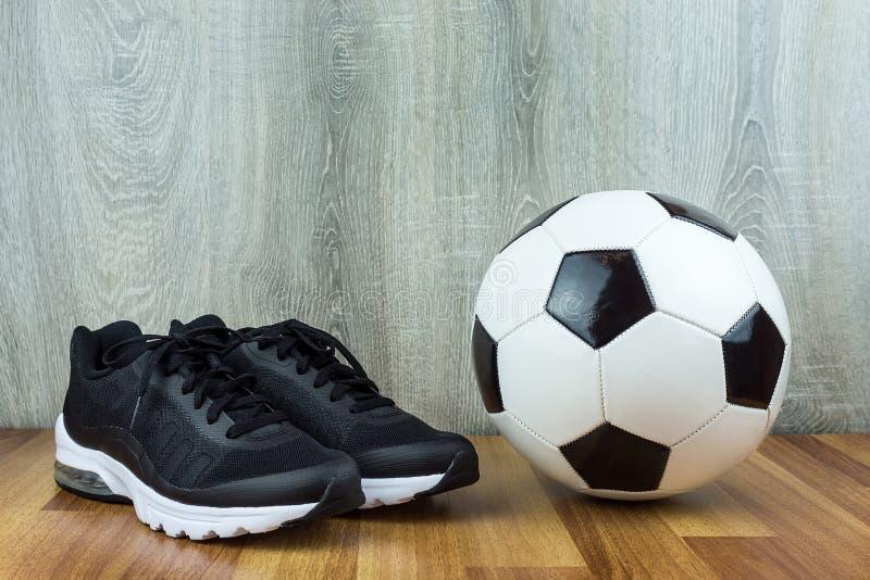 足球和运动鞋 免版税库存图片